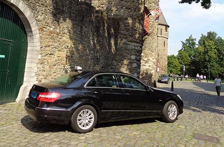 Taxi bij oude stadsmuur