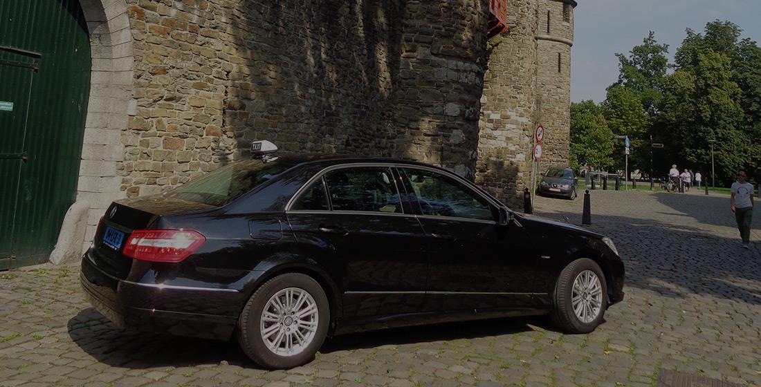 Taxi bij oude stadsmuur van Maastricht